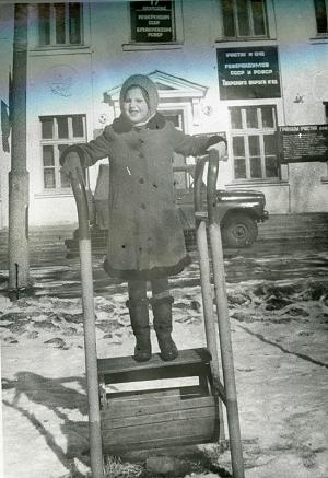 幼年的苏梦夏站在投票站的前面,那是俄罗斯历史上第一次全民公决